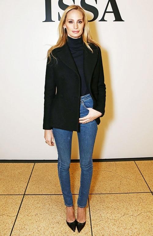 Áo đen,  quần jeans và giày cao gót mũi nhọn
