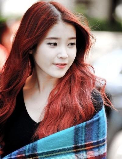 Tóc nhuộm màu đỏ rực