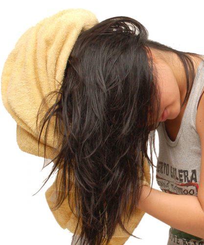 dùng khăn lau khô đầu